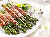 Szparagi z boczkiem z patelni lub grilla
