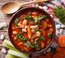 Fasolowa z pomidorami na wędzonym kurczaku: przepis na oszczędną zupę