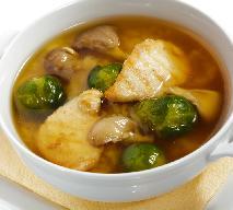 Pożywna zupa z piersi kurczaka, brukselki i grzybów