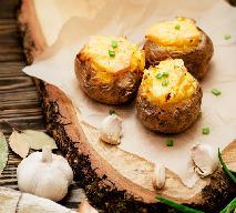 Pieczone ziemniaki z farszem z fasoli i sałatką z kiełków