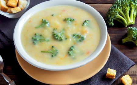 Zupa brokułowa z kaszą manną z menu beszamel