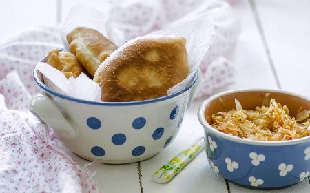 Pierożki drożdżowe ze świeżymi grzybami i kiszoną kapustą: przepis