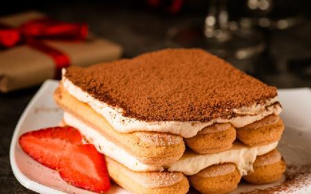 Tiramisu z białą czekoladą i truskawkami: przepis na walentynki [WIDEO]