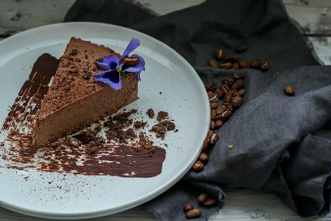 Kremowy sernik czekoladowy: bez jajek i mąki