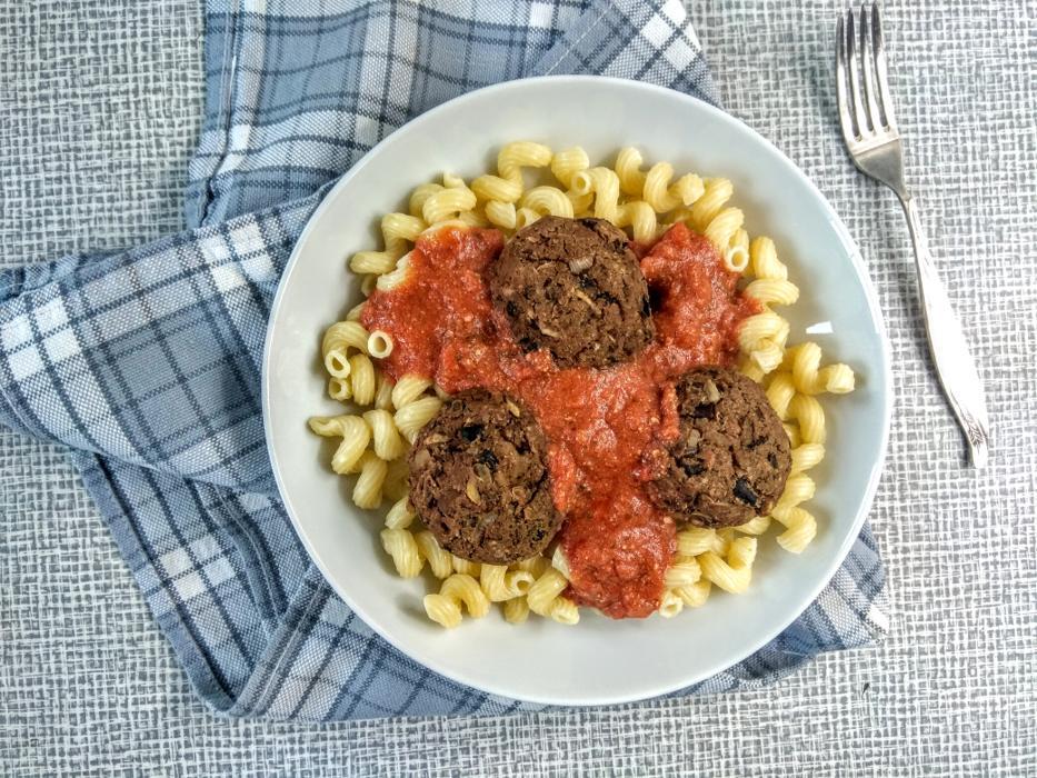 Klopsy fasolowe z sosem pomidorowym: pyszne i obfite danie bezmięsne