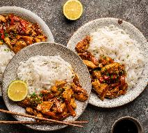 Kurczak teriyaki z makaronem ryżowym bez woka: przepis na szybki obiad z piekarnika