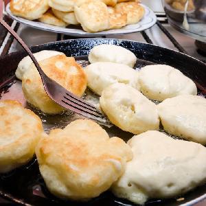 Oszczędne gotowanie - 15 pomysłów na pyszne placki, które kosztują grosze