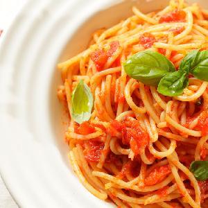 Przepyszny makaron ze smażonymi pomidorami: wystarczy 15 minut i gotowe!