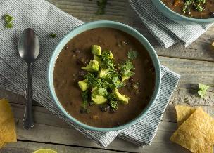 Obłędna zupa z czarnej fasoli na coli z boczkiem: przepis na sycącą fasolówkę