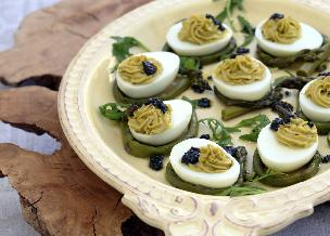 Jaja faszerowane kawiorem i oliwkami