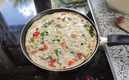 Obłędne naleśniki a la pizza: tani i szybki przepis na obiad dla zaradnych