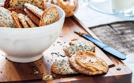 Domowe krakersy pełnoziarniste z makiem i sezamem - przepis na zdrowe bawimordki