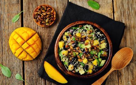Olśniewająca sałatka z komosy ryżowej z mango, awokado i pestkami dyni
