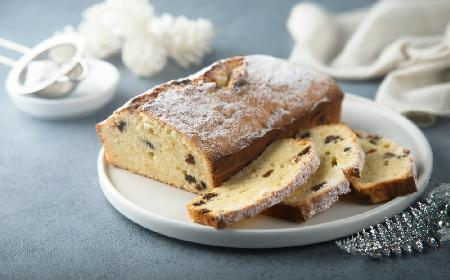 Wilgotne i puszyste ciasto twarogowe z rodzynkami: pokochasz od pierwszego kęsa