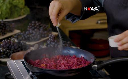 Czerwona kapusta z żurawiną, czarnuszką i płatkami papryki: przepis z programu Smaki Agaty [WIDEO]