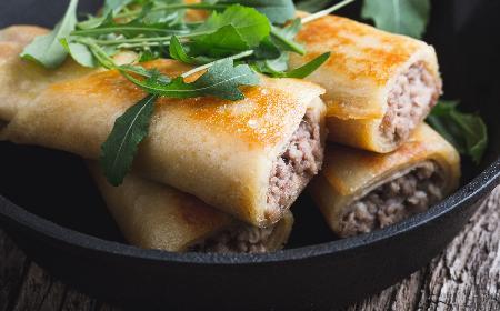 Krokiety z mięsem i ryżem: przepis na naleśniki z mięsem mielonym [WIDEO+GALERIA]