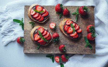 Przekąska dla dzieci: chleb z nutellą i truskawkami