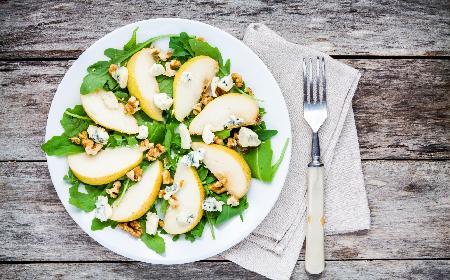 Przepis na sałatkę z gruszką, orzechami i serem pleśniowym