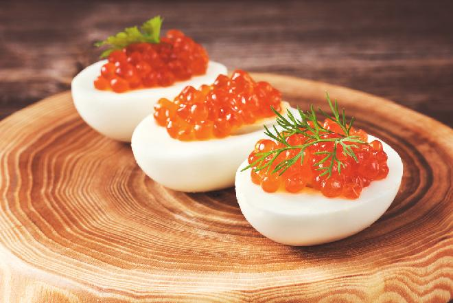 Jajka z nadzieniem maślano-cytrynowym i kawiorem