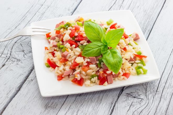 Sałatka ryżowa z papryką i kiełbasą - sycąca i pyszna