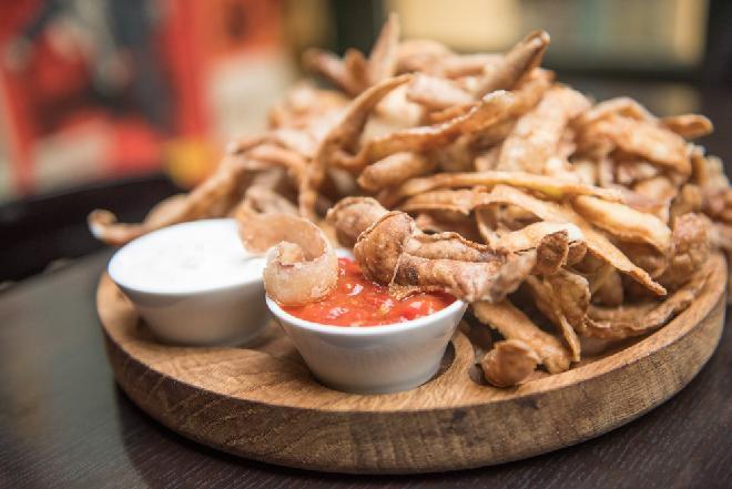 Chrupiące chipsy z obierek ziemniaczanych: sprytny sposób na przekąskę ze skórki ziemniaka