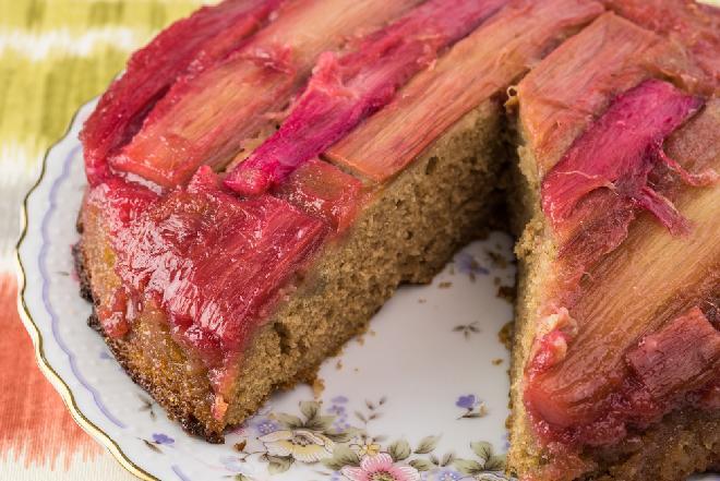 Rabarbarowe ciasto do góry nogami: przepis na odwrócony placek z rabarbarem
