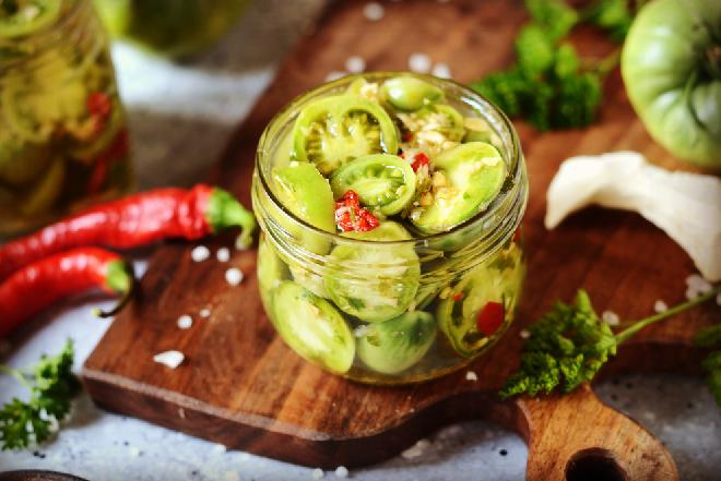 Zielone pomidory marynowane w słodko-kwaśnej zalewie