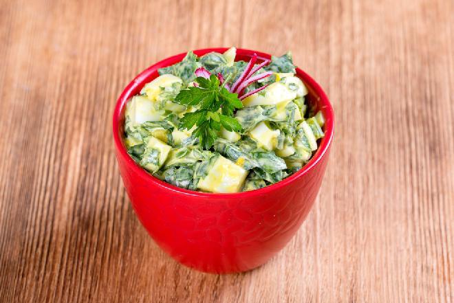 Bajecznie prosta sałatka z kiszonych ogórków z jabłkiem i jajkami