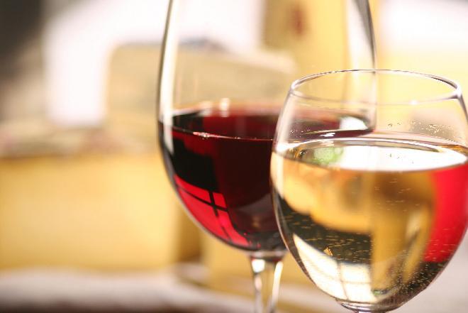 Jak klarować domowe wino? Co zrobić, żeby wino nie było mętne?
