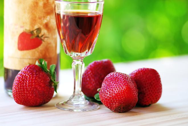 Nalewka z truskawek: prosty przepis na truskawkową nalewkę [WIDEO]