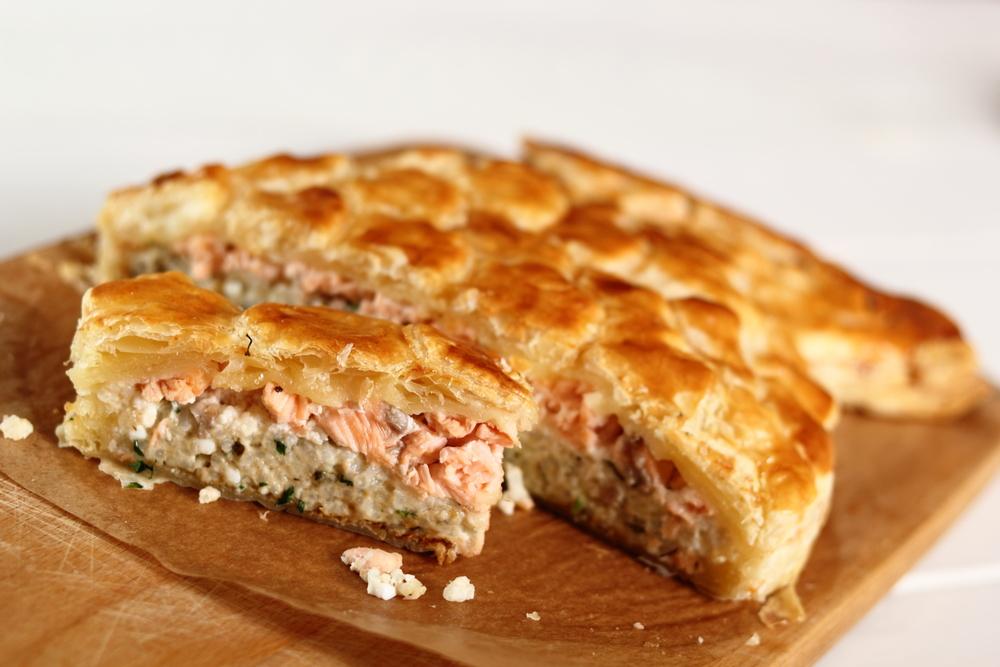 Kulebiak z ciasta francuskiego nadziewany rybą